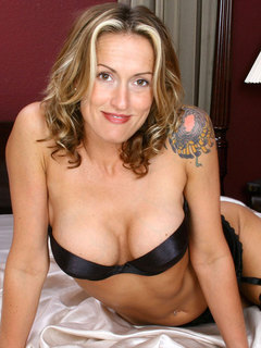 Horny milf Jolie fucks herself using a vibrator and spreads her pussy in bed