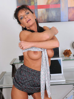 Cougar Sarah Bricks fucks her sweet pink pussy using her magic wand on the chair