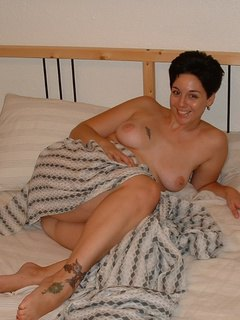 Serena Spreading Her Pussy On The Bed