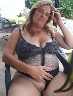 Horny mature wife doing her pussy right