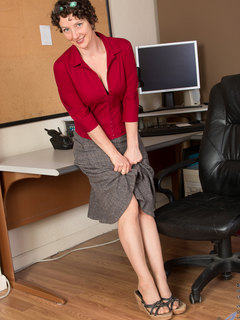 MILF secretary in pantyhose and black bra yummy