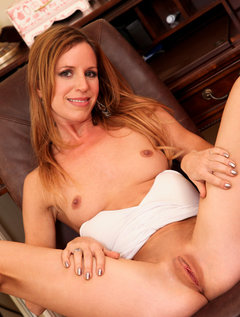 Sexy cougar Carly Bell stuffs her mature pussy with a purple sex toy / Picture # 7