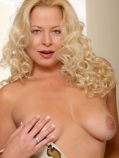 Glamorous blonde cougar spreads her tender milf snatch revealing it's inner pink / Picture # 1