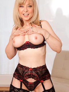 Anilos Nina Hartley pleasures her pussy with her experienced fingers / Picture # 2