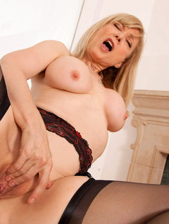 Anilos Nina Hartley pleasures her pussy with her experienced fingers / Picture # 11