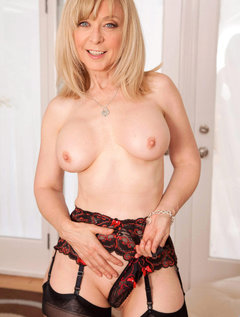 Anilos Nina Hartley pleasures her pussy with her experienced fingers / Picture # 6