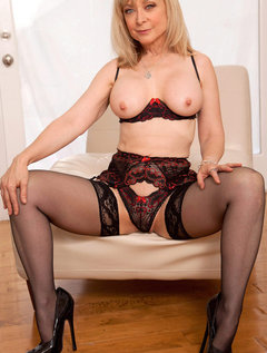 Anilos Nina Hartley pleasures her pussy with her experienced fingers / Picture # 3