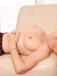 Anilos Nina Hartley pleasures her pussy with her experienced fingers / Picture # 7