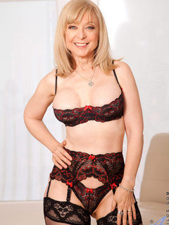 Anilos Nina Hartley pleasures her pussy with her experienced fingers / Picture # 1