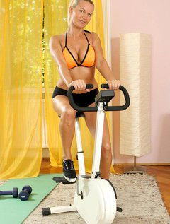 Lovely Anilos Winnie heats up during her workout and takes a break to entertain her pussy / Picture # 1