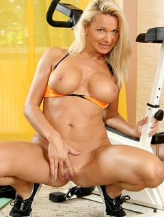 Lovely Anilos Winnie heats up during her workout and takes a break to entertain her pussy / Picture # 14