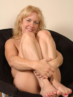 Shorthaired beautyfull mature taking facials / Picture # 5