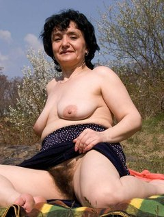 Mature wife getting a big facial / Picture # 3