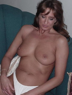 Mature milf with excellent body plays with a dildo and rubs her huge tits / Picture # 7