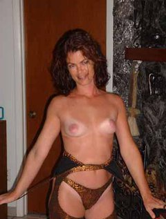 Mature milf with excellent body plays with a dildo and rubs her huge tits / Picture # 5