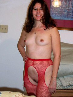 Mature milf with excellent body plays with a dildo and rubs her huge tits / Picture # 3