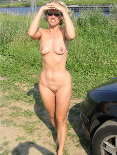 Mature milf with excellent body plays with a dildo and rubs her huge tits / Picture # 6